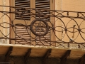 46-facciata-di-palazzi-nobiliari-con-eleganti-balconi-in-ferro-battuto-impreziositi-con-le-lettere-delle-iniziali-di-famiglia-DSC_1441