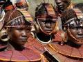 Donne POKOT con tipiche collane e orecchini di perline colorate