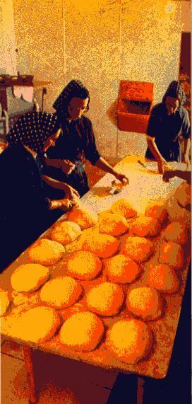 Venerdì mattina si fa il pane. Ogni donna della comunità è impegnata una settimana su tre in questo compito. Ogni mese e mezzo cambia il turno per la cucina o per la mungitura delle mucche.