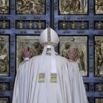 Papa, indulgenza per chi soccorre i clandestini